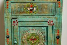 Mesita de luz patinada en verde y pintada con flores y arabescos