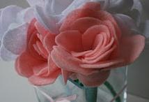 DIY : Fabric and Felt Flowers / Simple fabric and felt flower tutorials and inspiration photos.