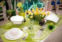 Zielono mi / Wiosenna stylizacja stołu w kolorze zielonym. Świeża, prosta i bardzo efektowana. Całość oparta na lekkiej kompozycji z zielonej organzy. Biel zastawy oraz intensywna zieleń szklanych dodatków ładnie dopełniają całość. Energetyzujące połączenie idealne na wiosenny obiad lub spotkanie rodzinne.