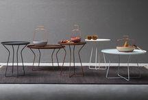"""Tavoli e tavolini - Tuft / Tuft è un tavolino rotondo con struttura in metallo disponibile in 2 misure. La parte superiore è realizzata come un """"vassoio"""" a cui può essere abbinato un piano in legno."""
