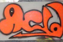 THE WALL GRAFFITI / Definición de Graffiti    Entendida como una de las expresiones de arte urbano más populares y características de la actualidad, el graffiti no es más que un dibujo o una obra de arte pictórica realizadas en las pares y muros de la calle. Así, el graffiti no se mueve o muestra dentro de círculos intelectuales o privados de arte sino que se caracteriza por ser expuesto de manera pública para que todos lo vean y disfruten día a día.