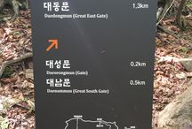 Bring It On Trail Run Road Sign4 / 대성문에서 산성탐방지원센터 방향으로 200m에 위치한 이정표 (A road sign located 200m from Daeseongmum(Castle gate)  계속 산성탐방지원센터 방향으로 하산 (Continue toward Sanseong Information Center) GPS: 37.634373  126.976730 고도(Altitude): 566m