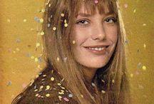 Jane B. / Signalement yeux bleus. Cheveux châtains Jane B.