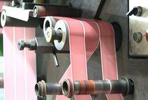 El proceso de impresión en Sisdem / Mediante maquinaria vanguardista, Sisdem logra una impresión y un corte óptimo para todo tipo de textos e imágenes.