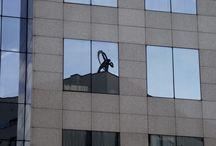 Miasto w odbiciach (zwierciadła miasta). Reflections in the city glasswalls / Warszawa. Miasto w odbiciach witryn i elewacji nowoczesnych budynków i wieżowców.