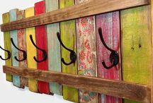 Perchero hecho con maderas multicolor