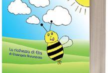 """La ricchezza di elis / """"Le altre api mi prendono in giro perché sono diversa da loro..."""", dice la piccola Elis. In questa storia, che tratta il tema della diversitá, l'autrice Elisangela Annunziato racconta di Elis, un'ape nata senza pungiglione che fará, con l'aiuto di Anna, di tutto per cambiare la propria natura e diventare così come le altri api. Un giorno, peró, accade qualcosa che le fará capire una cosa molto importante..."""