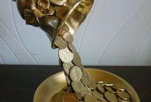xícara derramando moeda