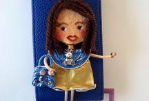Fundas de móviles / Fundas de móviles decoradas con mis muñecas Georginas. Las muñecas están hechas de cápsulas de nespresso y fieltro. Se hacen por encargo. Sólo hay que indicar: modelo de móvil y colores favoritos para diseñar la muñeca. Aviso: Estas muñecas están registradas y no se pueden copiar.