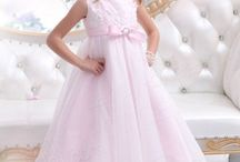 Flower Girl Dresses / Make the flower girl at your wedding feel like a princess with these amazing flower girl dresses