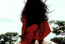 Moki Mioke / Moki Mioke – удивительно талантливая немецкая художница, которой подвластны разные стили и направления в искусстве. В творческой «копилке» мастерицы рисунки на дереве и забавный стрит-арт, черно-белые фото и незамысловатые скульптуры… Новое увлечение Moki Mioke – акриловая живопись, вдохновленная японскими анимэ от Hayao Miyazaki и скандинавскими пейзажами.