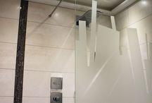 Parois de douche à l'italienne / Parois de douche à l'italienne et motif sablé sur verre feuilleté. http://www.siebering.com/parois-de-douche-et-motif-sable/