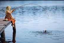 gadis kecil memancing