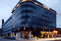 Hotel / Langrehotel es un completo hotel y spa que cuenta con una amplia variedad de servicios desde el corazón de Asturias en la Cuenca del Nalón. Su estratégica situación y comunicación es punto de partida para conocer la naturaleza, la cultura, las playas, el prerrománico y la gastronomía del Principado de Asturias.