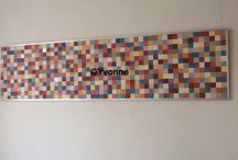 Decoratie / Gemaakt van blokjes behang 3 bij 3 cm ( behangboeken)