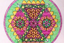 Vastu Yantra/ Mandala / Янтра — это цветное графическое изображение, символически изображающие энергетические структуры различных Божеств и представляющее тонкие энергии.   Это сокральные комбинация символов, геометрических элементов, цвета и написанной мантры. Янтра гармонизирует на тонком уровне Принцип действия янтр основан на идее гармонизации внутренней структуры пространства, где они размещены, с помощью направленного воздействия определенных геометрических форм.
