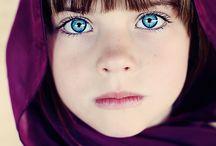 fillette aux yeux bleu