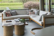Sofá de madeira / O sofá de madeira é uma opção cheia de charme e conforto para a decoração da sala ou da varanda!