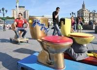 Wc on the road / L'artista 42enne della West Virginia David Heatwole è stato accusato di aver imbrattato il suolo pubblico per avere piazzato un water su di un basamento in una piazza di Martinsburg, la sua città.