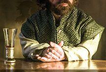 Game of Thrones / Game of Thrones was voor het eerst te zien op HBO op 17 april 2011. De Amerikaanse fantasy serie is gebaseerd op de boekenreeks genaamd Het Lied van Ijs en Vuur. In de serie komen verschillende 'Huizen' voor. Voorbeelden zijn: Lannister, Targaryen, Stark en Arryn.