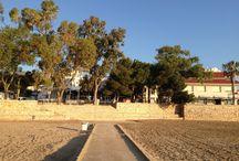 Playa del Capri (Bahia dels Alfacs) / La playa del Capri, tipo cala, ocupa una situacion central entre la playa del Garbi y la playa de las Delicias (galardonadas con banderas azules por la calidad de las aguas, el mantenimiento de la arena y los servicios de que disponen)