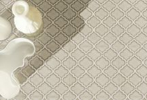 Collezione Riflessi / Riflessi è una collezione con un contrasto generato da specchietti di luce di vetro ceramico, incastonati in una materia satinata che ricorda il cemento. La sua superficie è lucida, frammentata, ma in un armonico ordine che si compone in 2 design diversi tra loro, nel formato 20x20 cm, con 6 colorazioni che spaziano dalla gamma del greige al bianco, al blu e al nero.