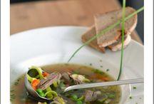 Suppen / Tafelspitzsuppe, Fleischsuppe, Rindfleischsuppe mit Gemüse, Suppenteller mit Brot