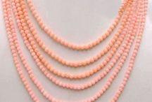 Colar de Coral Com Seis Voltas / Estilo Romântico Material: Coral Tamanho da conta de coral: 4mm Seis Voltas Cor:rosa Pedra principal: Coral Fecho em formato de rosa coral artificial: 30mm