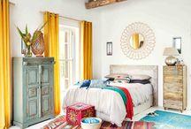 Ma chambre cosy parfaite / Folk Bohème / La chambre folk bohème ! Un couvre-lit en crochet, des attrape-rêves, un miroir en osier, une accumulation de tapis et même un hamac dans la chambre. ça fait rêver, non ?