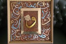 Vav Harfli Tablo / vav harfi filografi sanatı ile yapılmış etrafı ayetel kürsi ayeti yazılı ve arap alfabeleriyle tamamlanmış bir tablo 50x50
