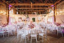 Landhochzeit in intensiven Beerentönen / Real Wedding - Kräftige Beeren- und Lilatöne bei einer aufregenden und opulenten Scheunenhochzeit!