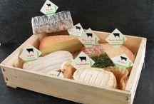 I nostri formaggi / Dalla latteria Beillevaire, selezioniamo i nostri formaggi  secondo la stagione e le richieste. Cerchiamo di aver sempre almeno una 30 di tipi tra latte vaccino, caprino o di pecora. A disposizione anche crème fraiche, burro al fior di sale, yogurts e desserts