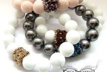 Bransoletki / Bracelets / Bransoletka wykonana z różowego korala (12mm), ozdobiona ręcznie wyplecionym koralikiem z czeskiego szkła i galwanizowanych koralików Toho. Wykonana na gumce bez zapięcia. Wielkość: 16,5 cm   The bracelet made by pink coral (12 mm), decorated with beaded bead made by czech glass beads and galvanized Toho beads. Size: 16.5 cm