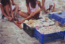 Artesanía. Preciosos regalos griegos / Recorrer las tiendas de las pequeñas calles blancas y azules de las Islas Cícladas es un verdadero placer. Descubrirás miles de pequeños detalles de colores para traerse a casa.