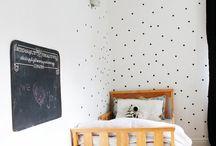 Adesivos e pintura nas paredes