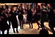 Ассирийские танцы. / АССИРИЙЦЫ. Потомки древнего и гордого народа, Веков предания до сей поры храня, Встречаемся как встарь - единая семья… Здесь шумно и светло и многолюдно: И всех сближает оживленный разговор, В многоголосье разобраться трудно, Дурманят музыка и радость, и задор… И хочется, чтоб было также в жизни, Как в танце, где рука сливается с рукой, В невзгодах ощутить поддержку ближних, Познать тепло родства и обрести покой…