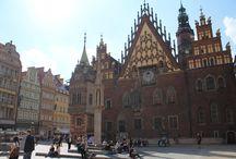 """La Place Centrale """"Rynek"""" / La Place principale et centrale de Wrocław est le lieu où se tiennent les principaux événements culturels de la ville. On peut aussi y déguster les spécialités culinaires de la région et se reposer sur une terrasse en buvant une """"piwo"""" locale."""