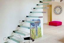 Escada de vidro / Você já viu ou andou numa escada de vidro? Se não, está perdendo uma oportunidade incrível de experimentar uma sensação um pouco diferente da habitual quando andamos ou subimos em uma escada!