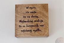 Pudełkowy pozytywny poradnik. / Motywacja źródłem sukcesu! Na drewnianych pudełkach znajdują się ręcznie wypalone sentencje, motta oraz zdania wypowiedziane przez mądrych ludzi na przestrzeni wieków Pudełka mogą być miłym prezentem dla przyjaciół oraz bliskich.