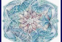 Mandalák.... /  Fehér: megkönnyebbülés, tökéletesedés, együttérzés, nyugalom. Fekete: titok, megérzés,  újjászületés. Szürke: lelki gyógyulás, szelídség, szeretet, hűség. Sárga: barátságosság,  intelligencia. Kék: elégedettség, harmónia. Tűzpiros:  szerelem. Bíbor: emberszeretet,  Rózsaszín: érzékenység,  Narancs: önkontroll,  megérzés. Zöld:  gyógyulás, nyugalom. Barna: földközelség, stabilitás,  Ezüst:  természetfölötti képességek,  jólét.