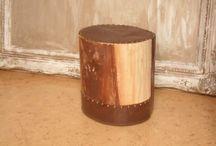 bijzettafeltje van boomstam / bijzettafeltje van boomstam overtrokken met leder en vastgemaakt met sierspijkers