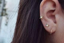 Jewellery. / Mainly dainty gold pieces.