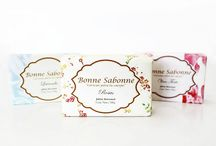 Bonne Sabonne / Bonne Sabonne es una empresa mexicana dedicada a la fabricación y distribución de productos 100% naturales para el cuidado de la piel, elaborados de manera tradicional.
