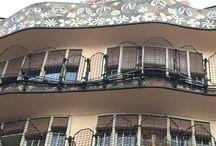 """Barcelona: Casa Batlló. Catalonia. Gaudí / La Casa Batlló, edificio modernista del arquitecto catalán Antoni Gaudí. Construida entre 1904 y 1907 albergó a la familia del empresario textil Batlló. Combina piedra, hierro forjado, madera, cerámica y """"trencadís"""" de cristal."""