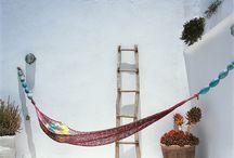 ESSAOUIRA THE BEAUTIFUL / L'intérieur Essaouira se veut créatif et ludique. On y laisse exprimer son côté fun et artistique. Pas de limite ! On ose les couleurs, le mélange des textures et des cultures. Exit les frontières entre ce qui s'oppose, c'est cette harmonie qui se crée entre masques africains, tapis berbères, petits mobiliers en tout genre et impressionnisme, qui en fait tout son charme.
