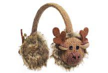 Knitwits / Se značkou Knitwits ™ jste se u nás již setkali díky řadě čepic. Nyní si prohlédněte klapky na uši a čelenky zhotovené opět z kvalitní vlny z Nového Zélandu, díky kterým se jistě ve svém okolí stanete nepřehlédnutelnou rodinou. Klapky a čelenky Knitwits ™ totiž můžete nosit všichni.