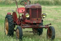traktorok, munkagépek, stb.