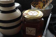 HUNANG / Vores #Lindehonning er produceret med omhu i små partier, så den unikke smag og årstid bevares. Den indeholder hverken pesticider eller forurening fra luften – kun ren honning fra en af nordens smukkeste alléer! #allgoodthingsdanish #manmade #backtonature #craftsmanship http://housebk.blogspot.dk/…/…/dansk-honning-fra-bybier.html
