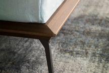 Letti - Xilo / Xilo è un letto con struttura in legno e piedi in metallo. Si distingue per la stondatura ai lati della testiera e per le forme decise ma leggere della piattaforma.