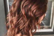 Kaštanově hnědé vlasy
